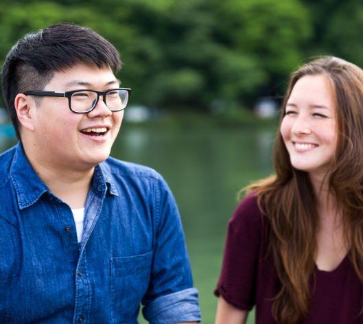couple d'adolescent à l'extérieur riant et souriant